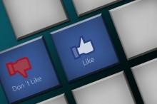 Čech na Facebooku urazil policajta: Neoprávnene dostal pokutu vo výške 10 000 Kč