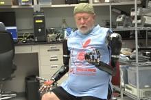 VIDEO: Pozrite si moment, keď muž prvýkrát svojou mysľou začal ovládať dve robotické protézy