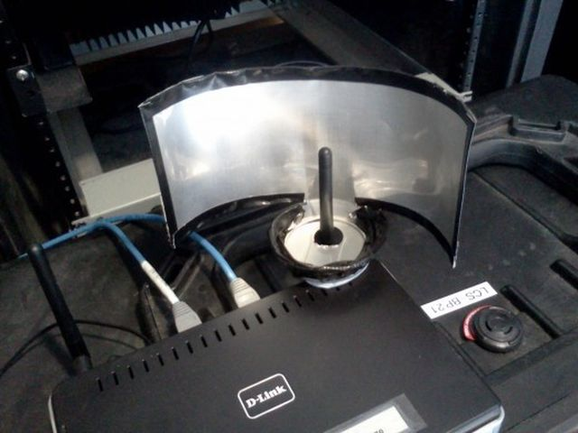 Prípadne si vyrobte niečo takéto. Pomôže vám to nasmerovať Wi-Fi signál a zosilniť ho v jednom smere.