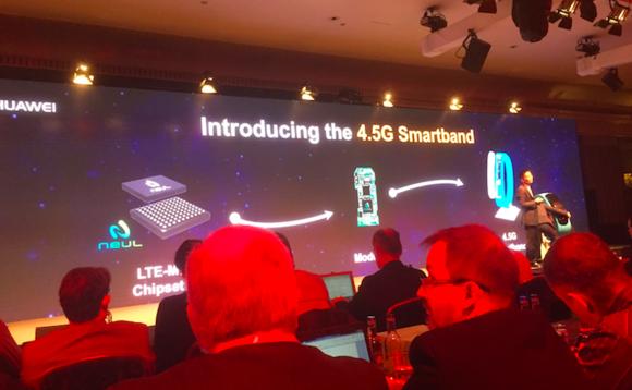 Predstavenie nového LTE náramku (zdroj: theinquirer.net)