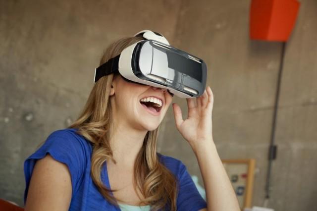 7b2d0886a Samsung ponúkne k telefónom radu Galaxy S7 okuliare pre virtuálnu realitu  Gear VR za polovicu ceny
