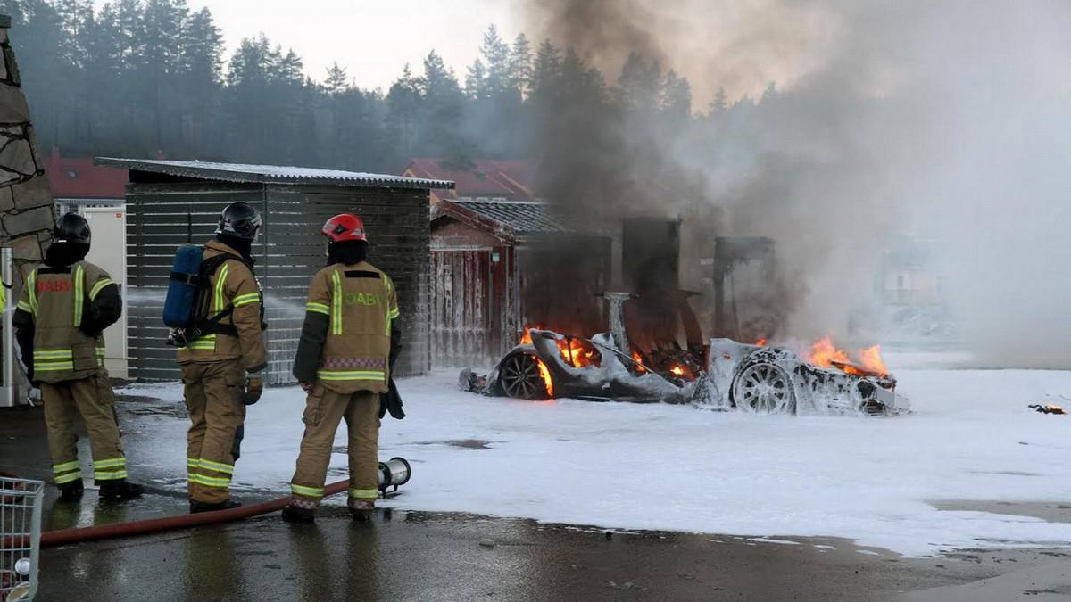 Hasiči požiar uhasili špeciálnou penou