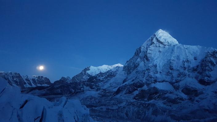 Začiatok svitania a pohľad na Everest