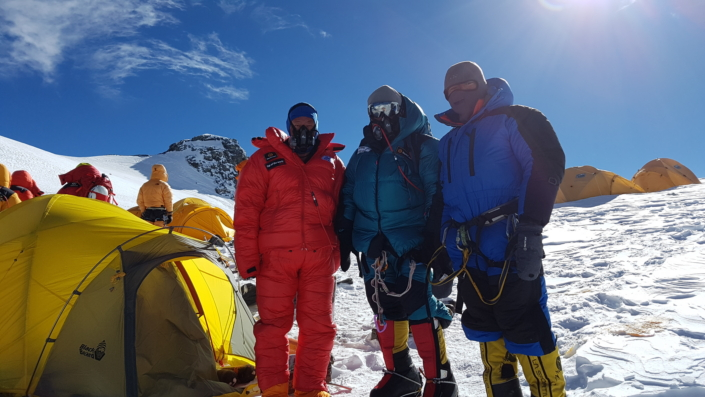 Horolezec a jeho tím v zábere v jednom z dočasných táborov