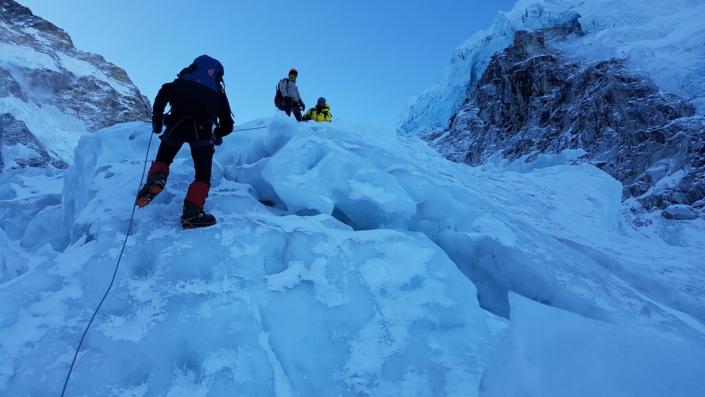 Yong-Ho Heo a jeho tím lezú po ľadovci smerom na vrchol hory