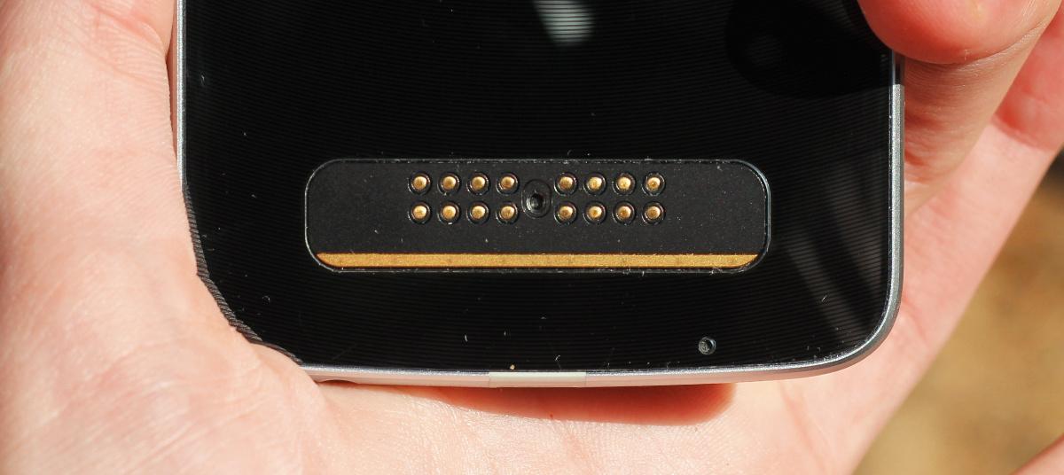 Konektor na zadnej strane smartfónov, pomocou ktorého sa moduly so zariadením komunikujú